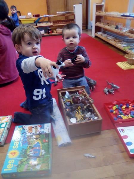 Mise en place des ateliers Montessori avec Ambre Gauthier.