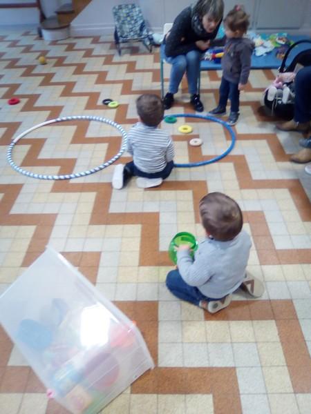 activité sensorielle avec des objets ronds