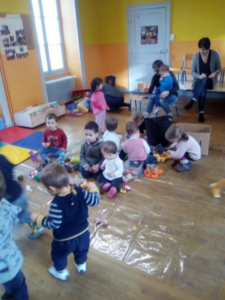 Séance d'observation : jeux libres avec des objets sensoriels
