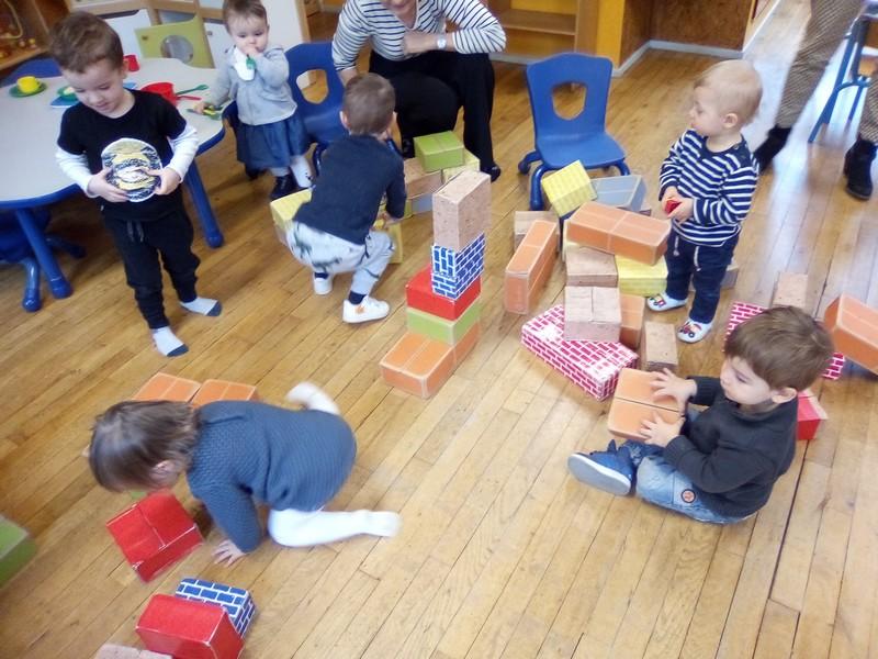 Activité construction avec des briques en carton