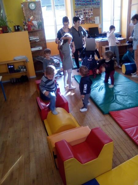 Et pour finir le mois d'octobre en forme, séance de sport avec parcours de motricité réalisé par les enfants eux mêmes..