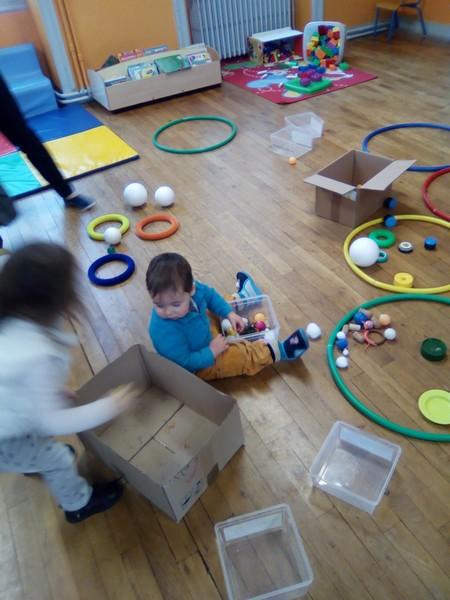 activité sensorielle avec des ronds de toutes formes, couleurs....