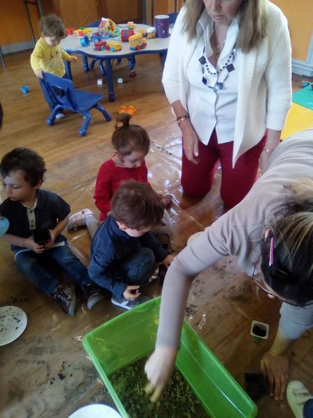 remplir des petits pots, de terre et de terreaux