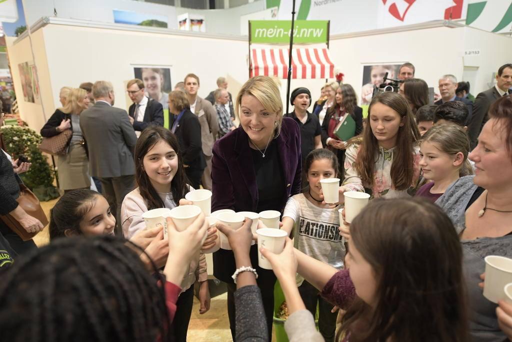....und mit Ministerin Frau Schulze Föcking direkt probiert (Bild: MULNV, Jens Jeske)