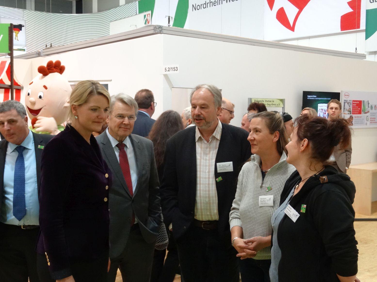 Hoher Besuch: NRW-Umweltministerin Schulze Föcking (2.vl) und Staatssekretär Bottermann (3.vl) mit unseren Kollegen