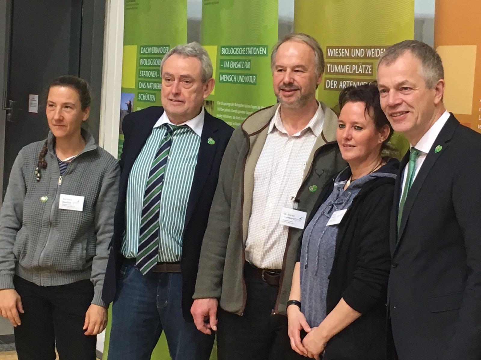 Erfreuen sind an der Vielfalt der Obstsorten aus NRW: Umweltminister Remmel und Staastsekretär Becker am Stand der Biologischen Stationen in der NRW Halle....