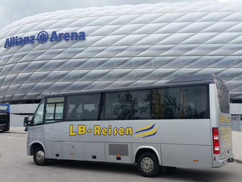 Busansicht vor  Allianz Arena in München