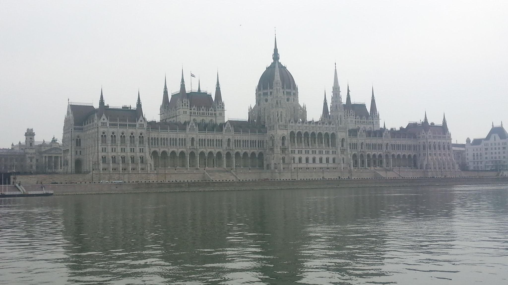 Blick vom Wasser aufs Parlament