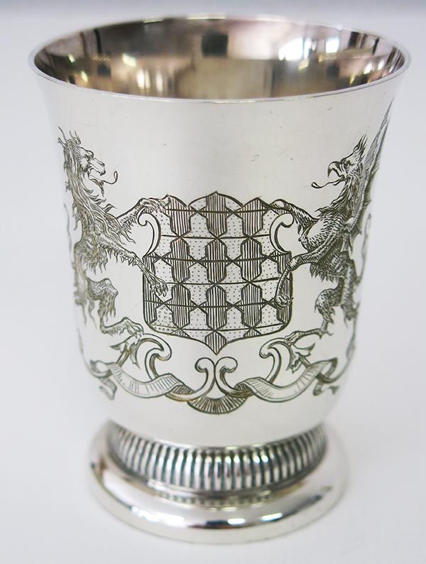 Gravure d'un motif héraldique sur une tasse