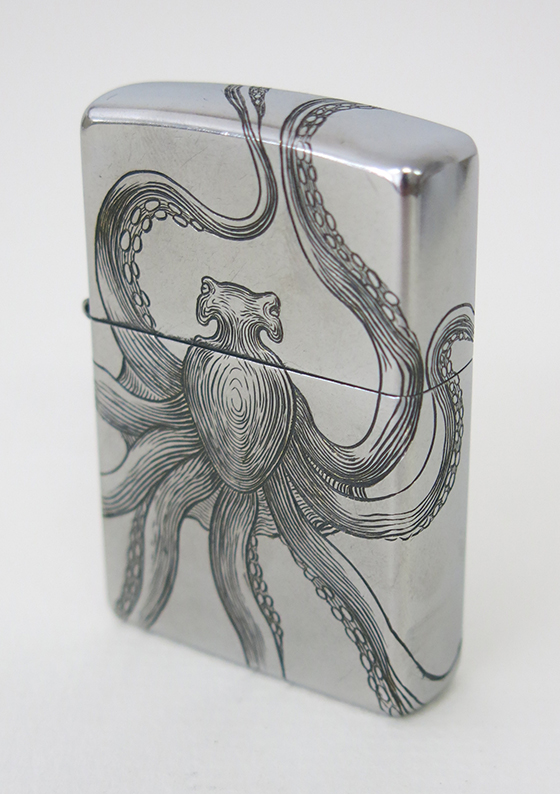 Gravure d'un briquet Zippo avec un motif de poulpe