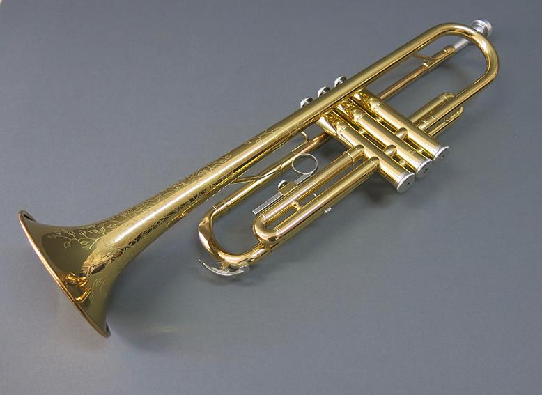 Gravure sur le corps d'une trompette