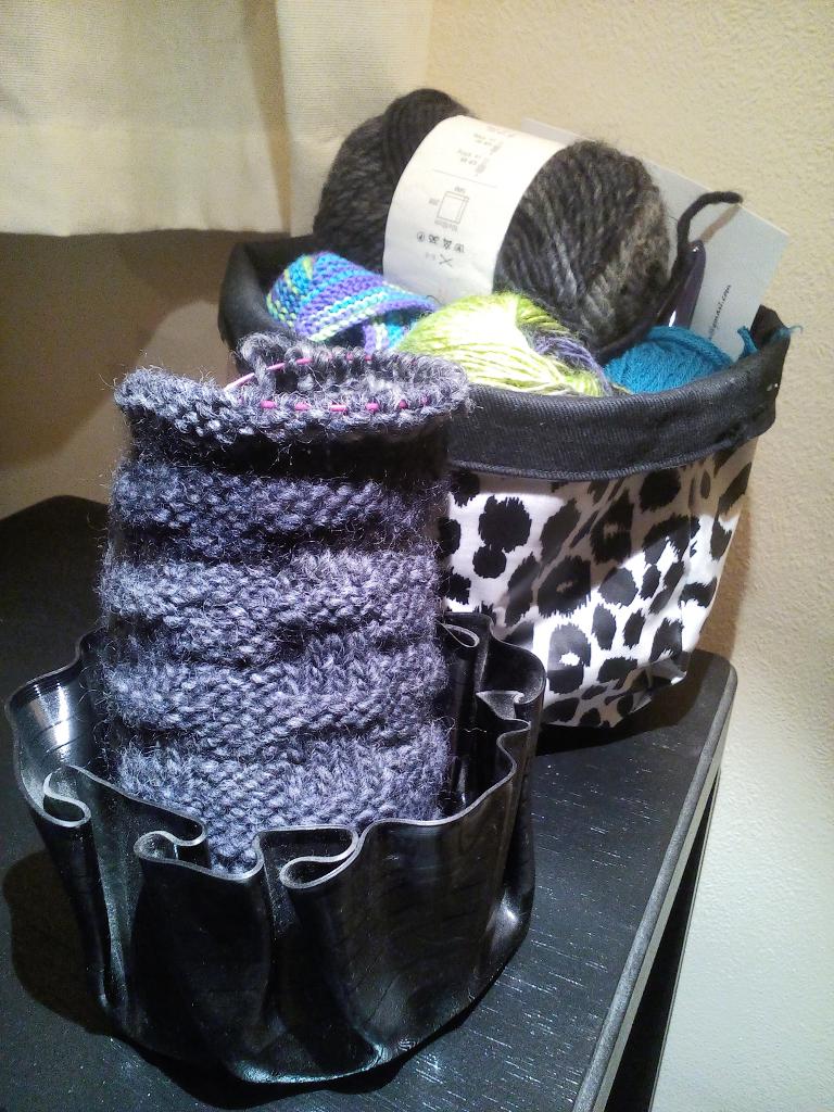 Ein Garn - zwei Strickprojekte - Utensilos Stricken zu Hause - Zebraspider DIY Anti-Fashion Blog
