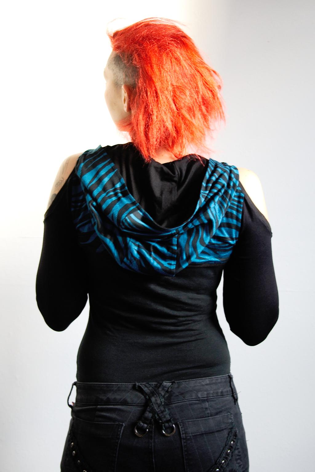 Verrückte Streifen - neue Aufträge - Zebrashrug mit Kapuze - Zebraspider DIY Anti-Fashion Blog