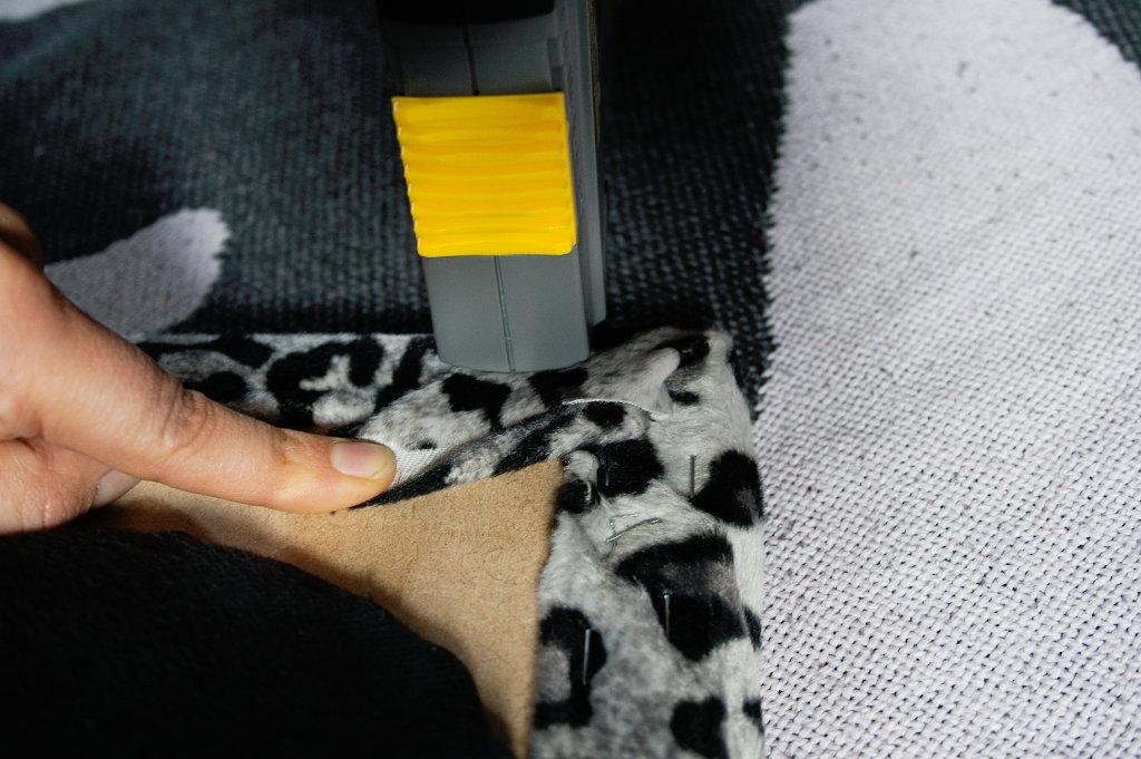 Wohin mit den vielen Buttons? - Buttonbrett Stoff fest tackern - Zebraspider DIY Blog