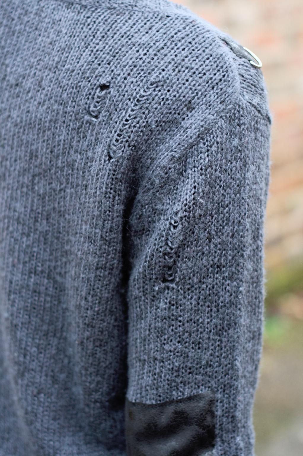 Strickpulli ruinieren mit Laufmaschen und Stil - hinten - Zebraspider DIY Anti-Fashion Blog