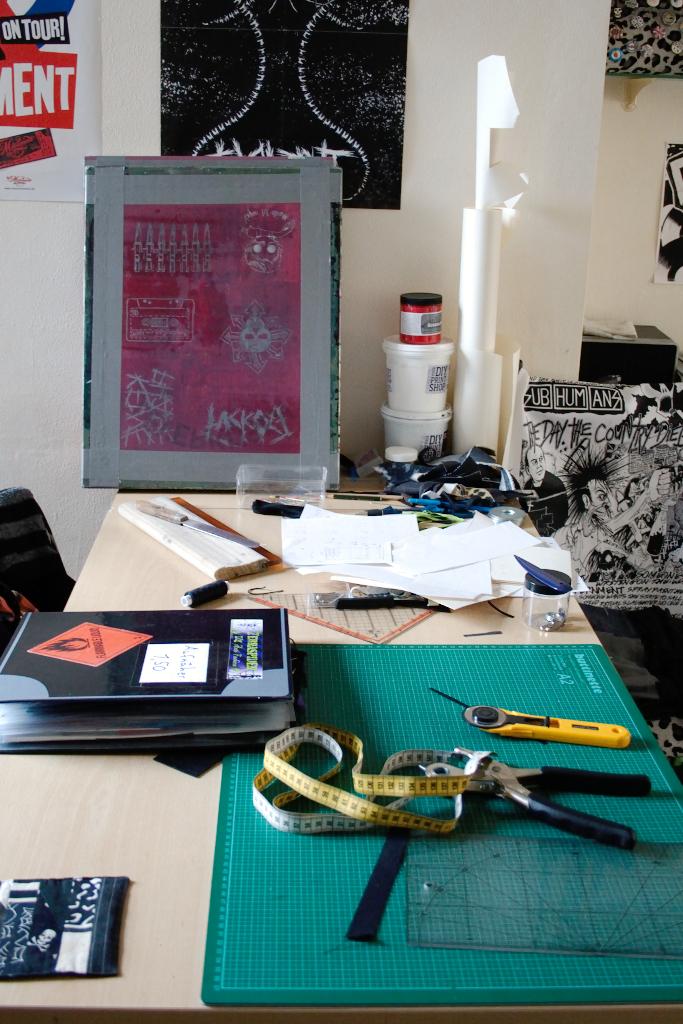 Zuschneide- und Siebdrucktisch - statt Esstisch - Zebraspider DIY Anti-Fashion Blog