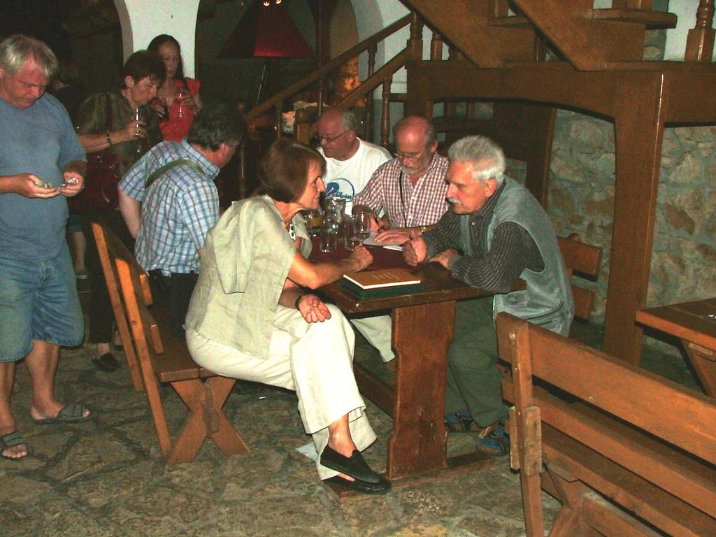 Schmidt Karcsi a kincstárnokunk a tagdíj beszedésen szorgoskodik