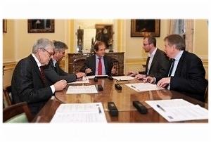 V.l.n.r.: Vice-Rector Mark Depaepe, TUA voorzitter Jean de Bethune, Rector Rik Torfs, Prof.Dr. Wim Thielemans, Algemeen Beheerder Koenraad De Backer