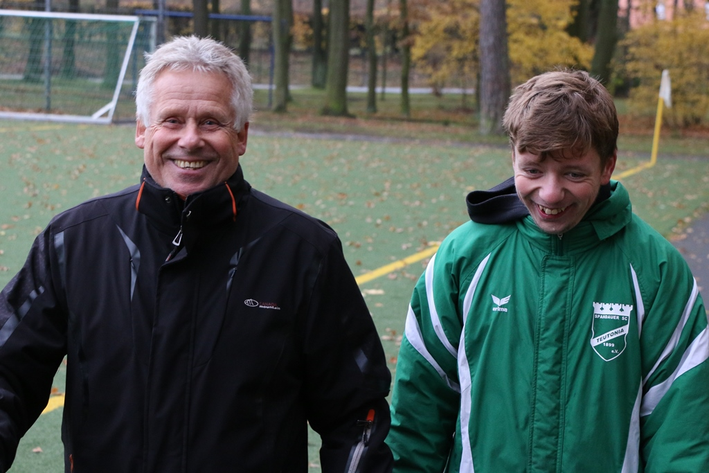 Papa Günter bringt Co-Trainer Nico zur Raison