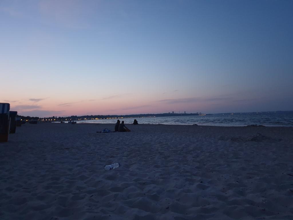 Abendstimmung in Scharbeutz. Das sitzt man gerne am Strand