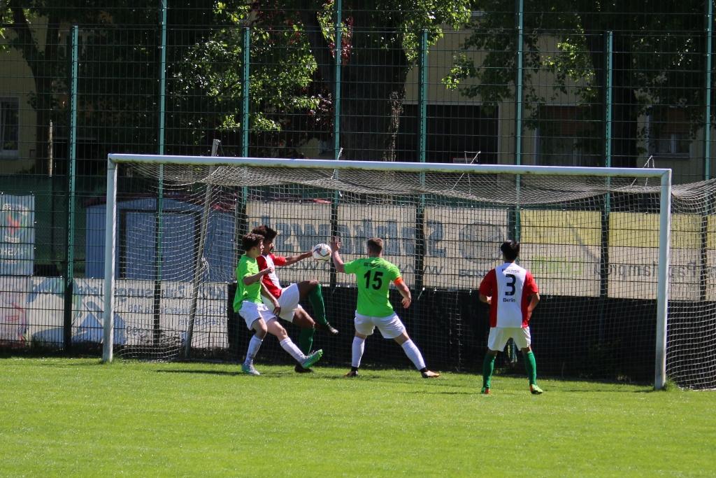 ..beim Klären (Füchse) springt der Ball gegen die Hand von Wöstefeld/Moy.