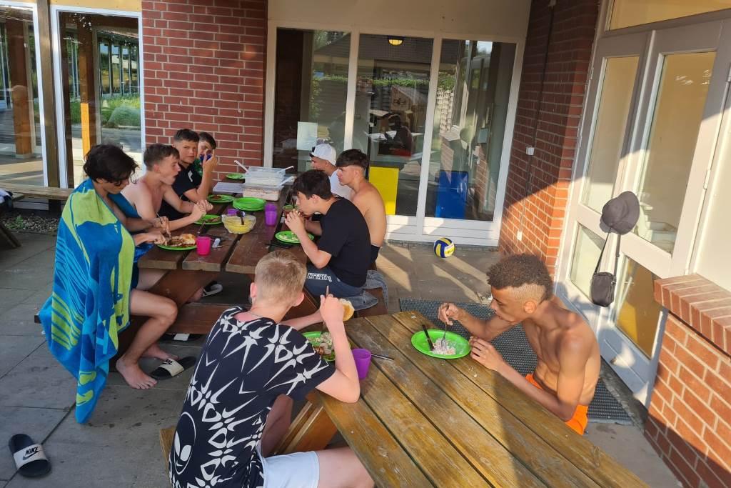 Die Dalton-Kids bei der Fütterung....