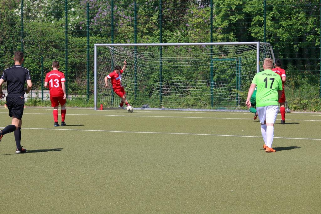 Lichtenbergs Abwehrspieler kratzt Ball von der Linie