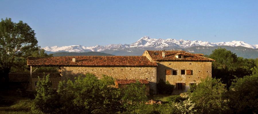 Enlène et sa vue panoramique sur les Pyrénées
