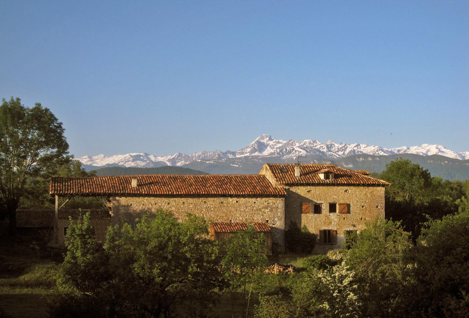 Enlène et sa vue panoramique sur la chaîne des Pyrénées