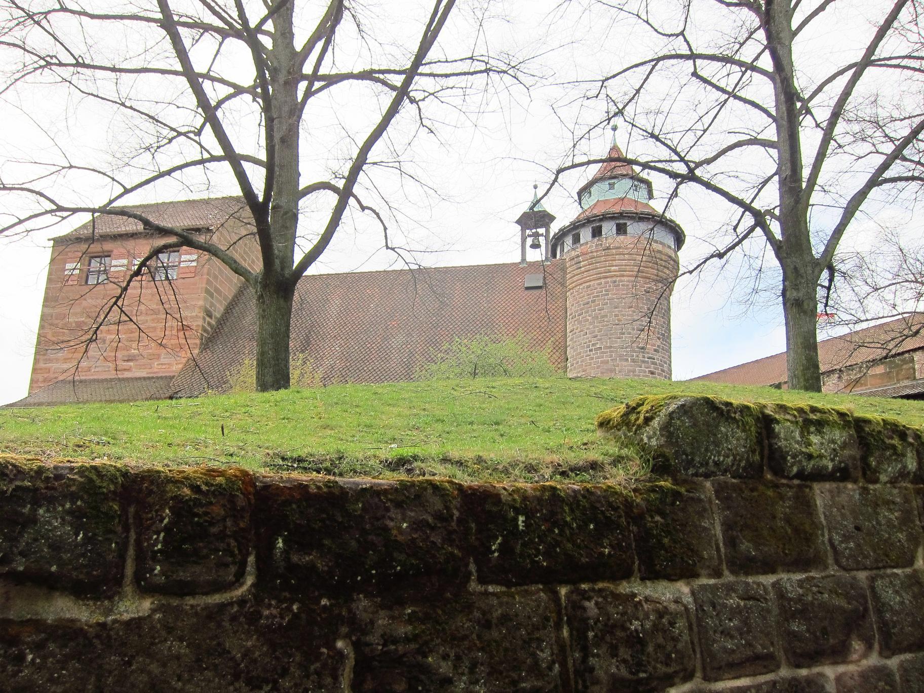 Бургграфська фортеця. Видно дах церкви.