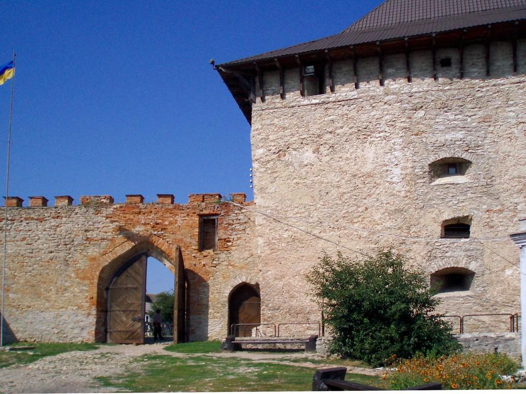 Ворота замку з дитинця.