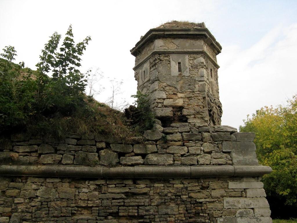 Золочів. Замок. стіна та вежа.