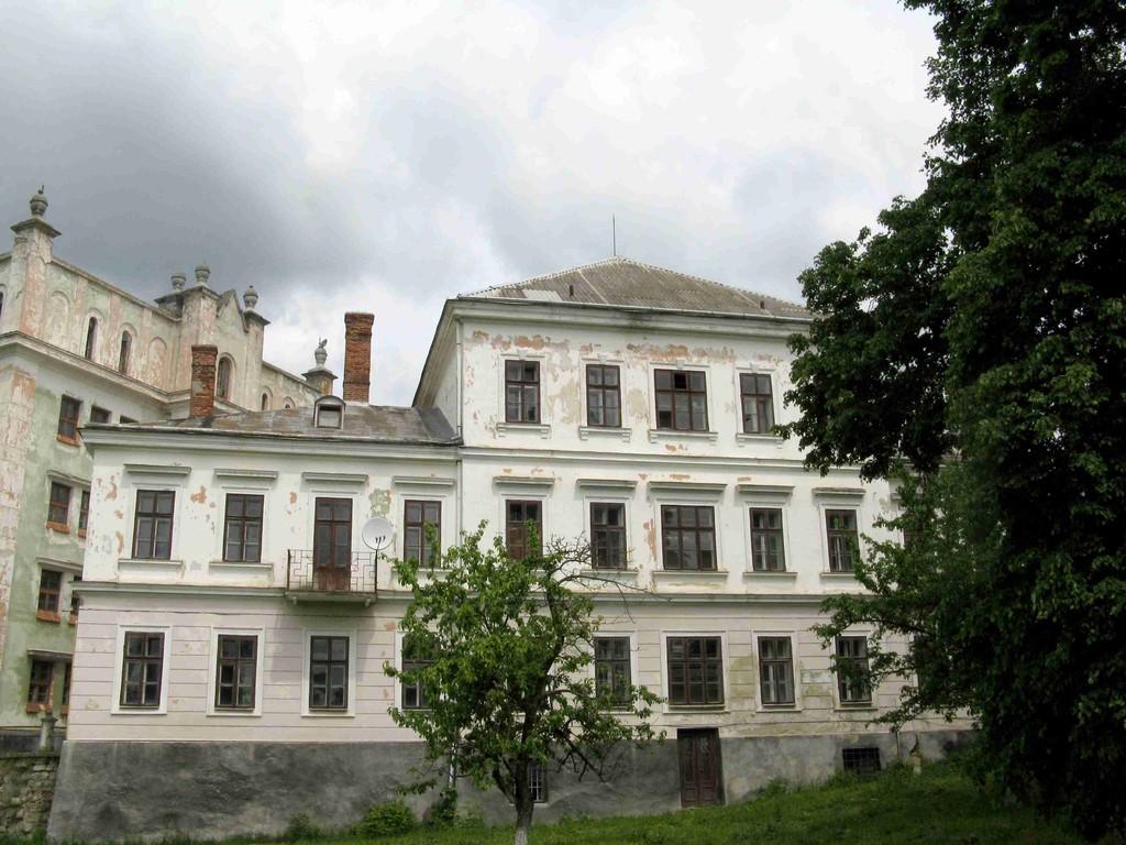 Палац біля воріт замку