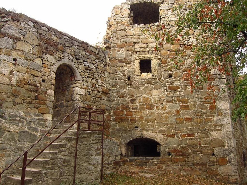 Східна вежа та піші ворота в замок