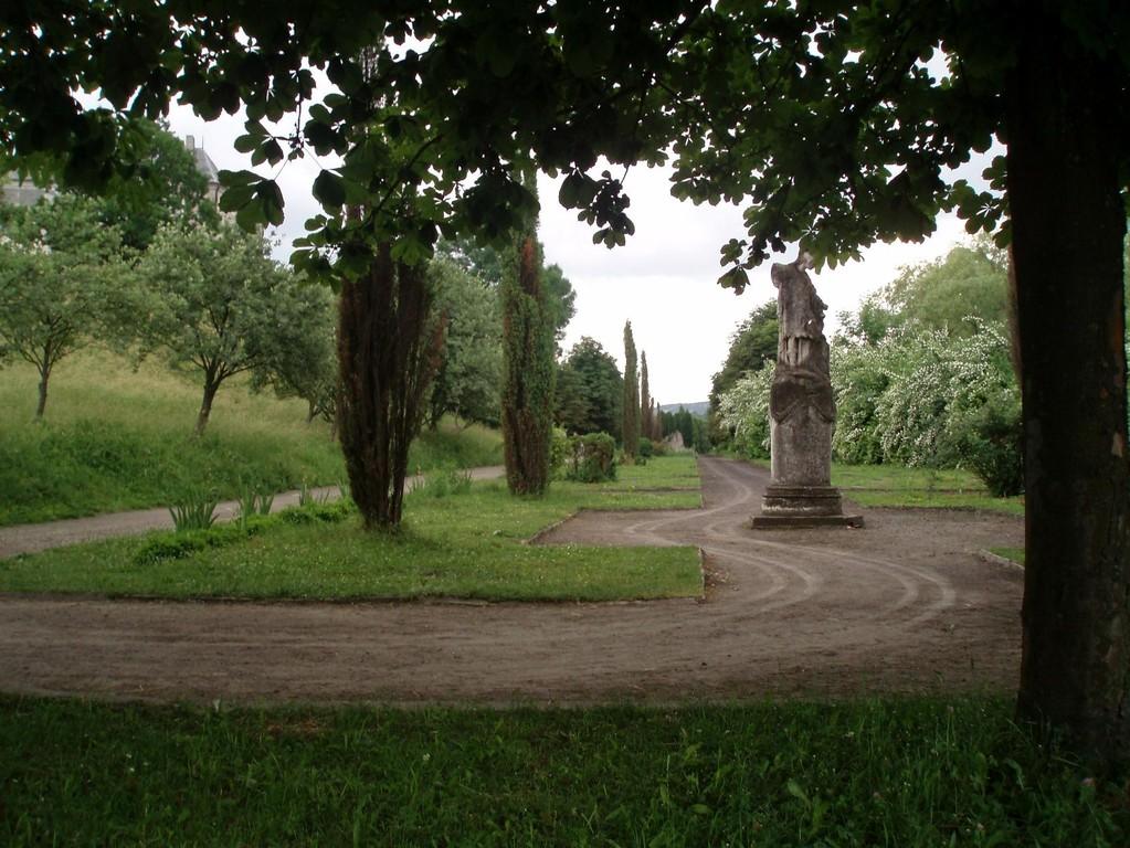 Сад біля замку.