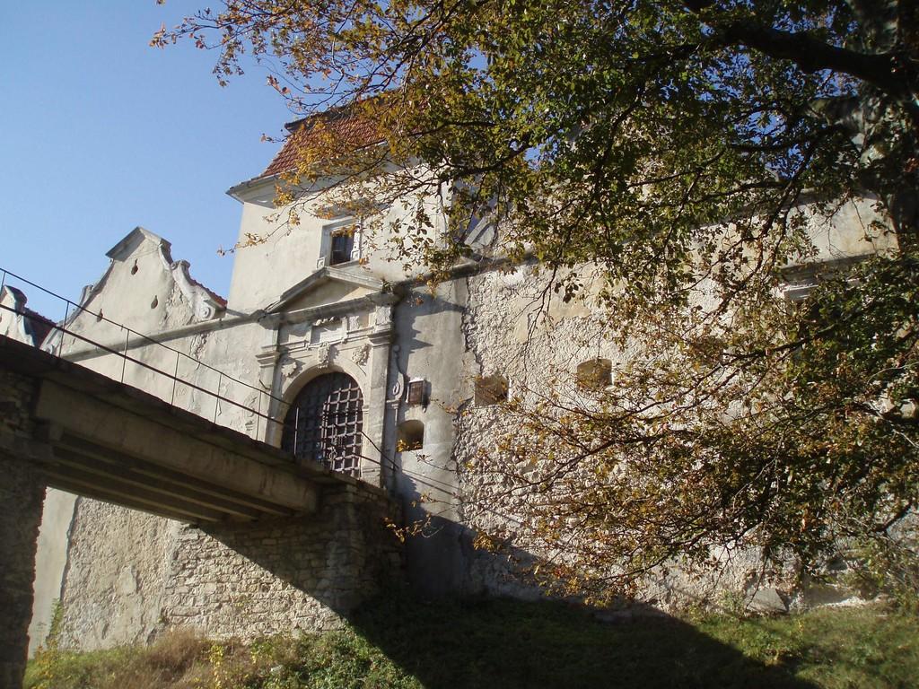 Міст та головні ворота замку