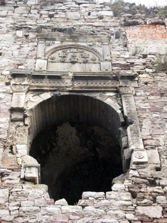 Ворота замку в південно-західній вежі на третьому ярусі