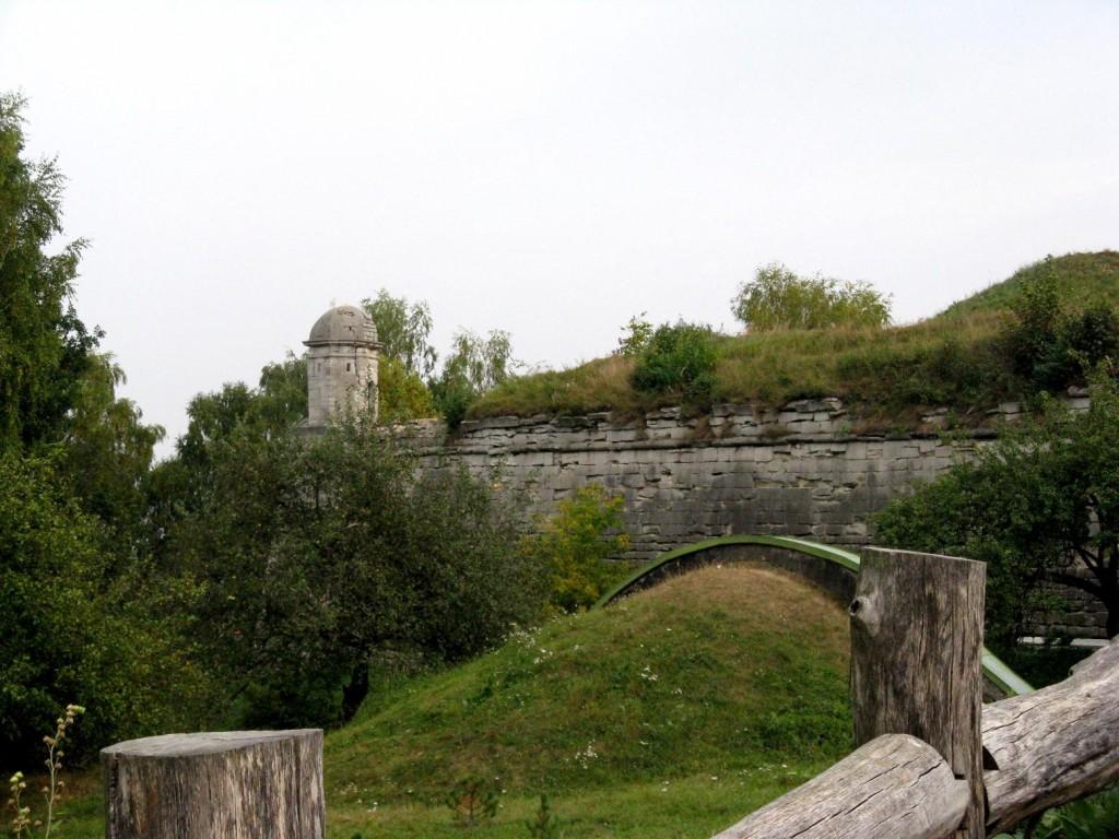 Золочів. Замок. Оборонні мури замку.