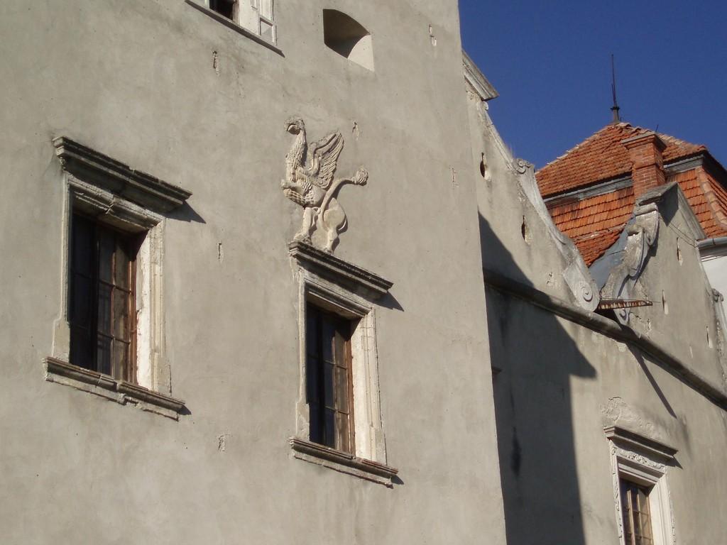 Грифон на фасаді