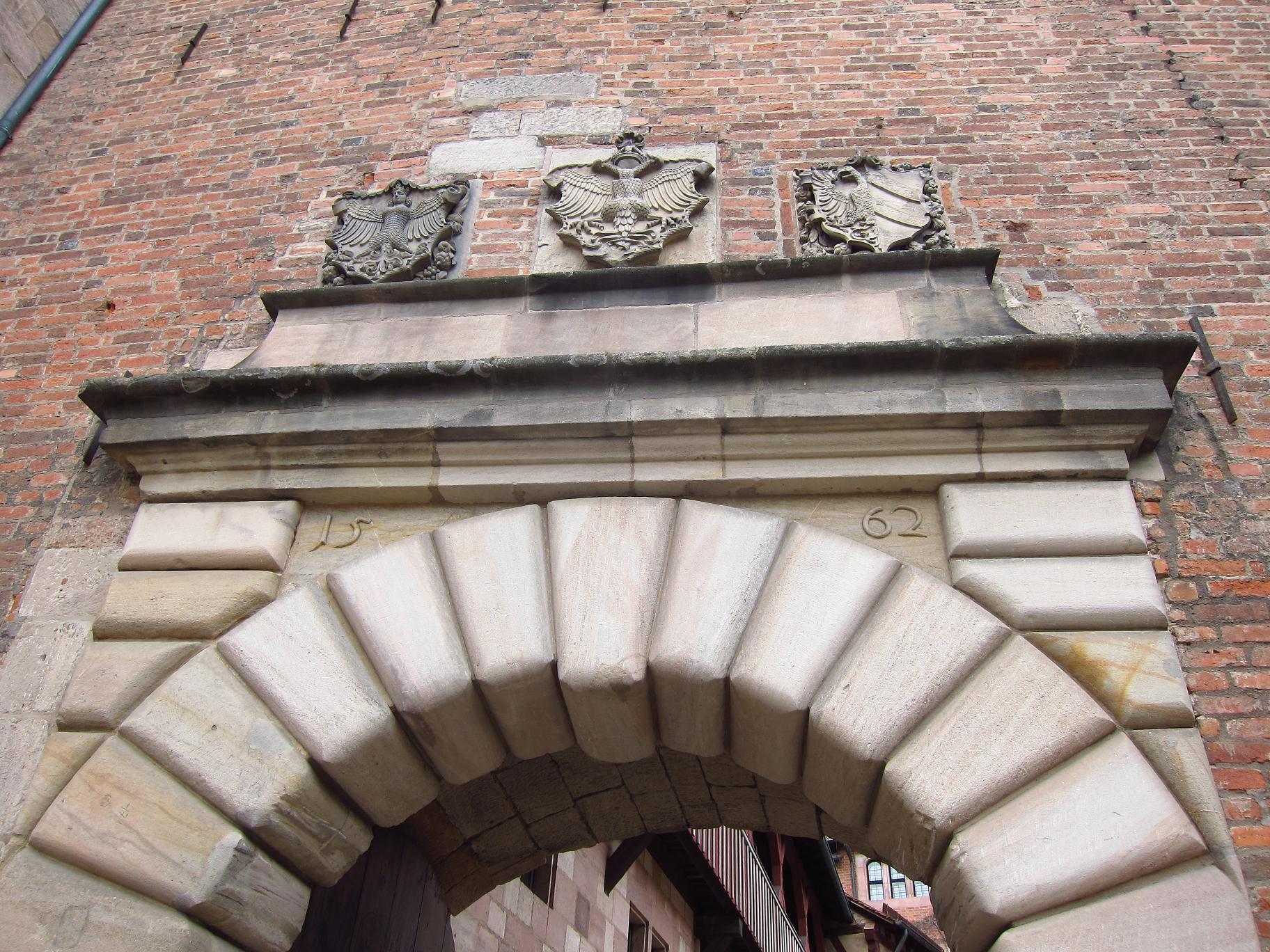Герби над воротами у Імператорський двір.