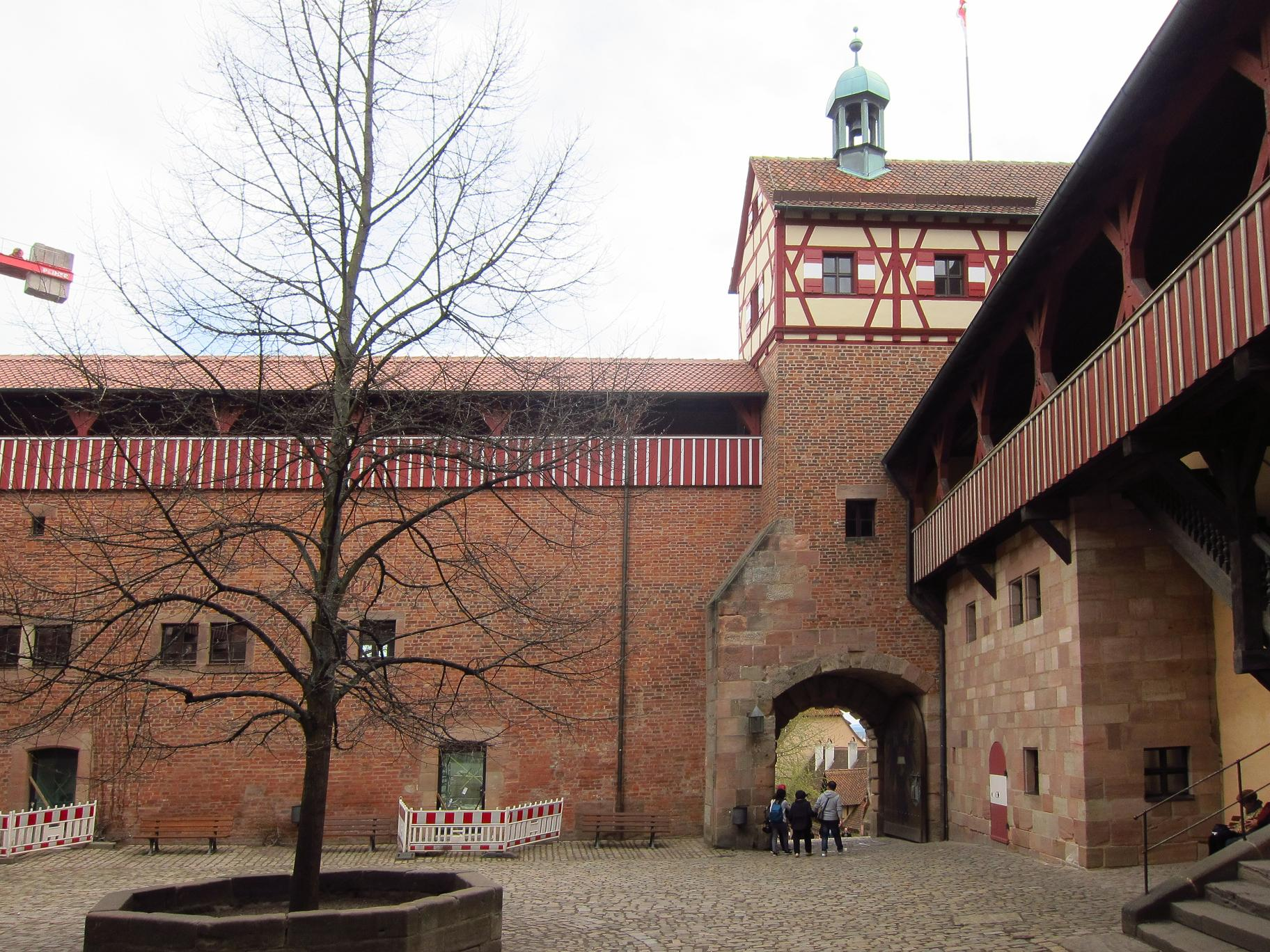 Двір Імператорська фортеця. У правій частині двоярусна церква.