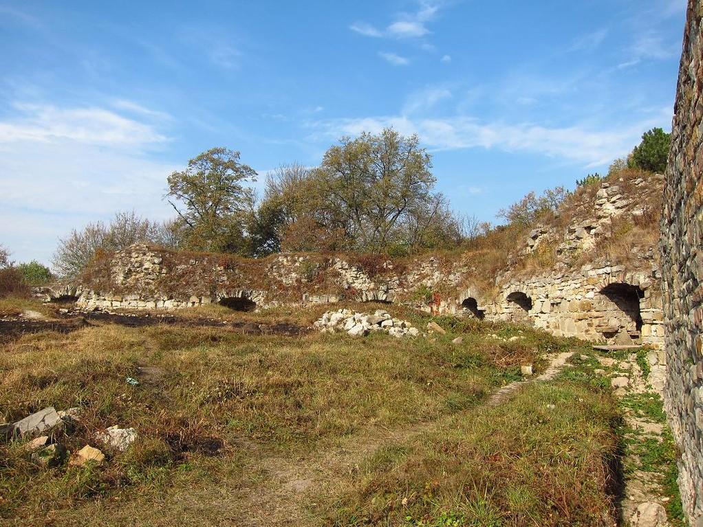 Східна стіна та ворота замку