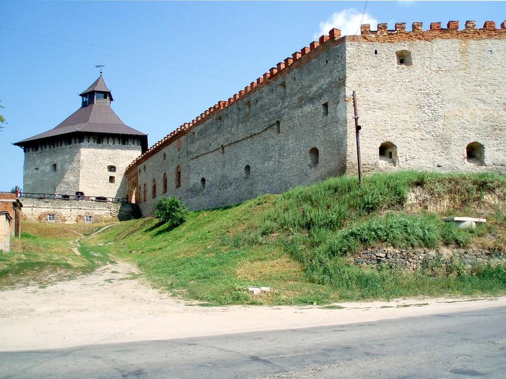 Ворота і башта на в'їзді в замок.
