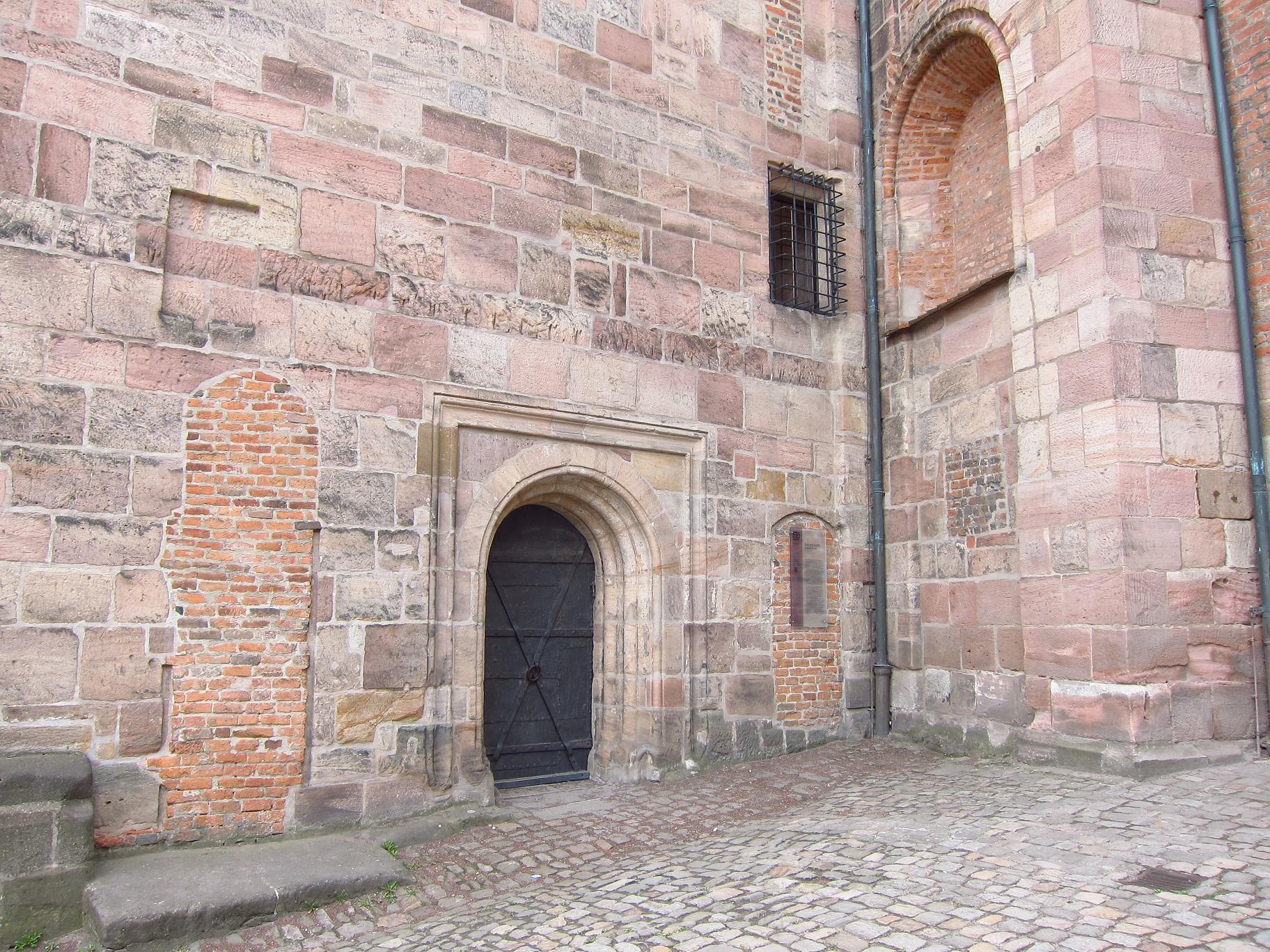 Вхід у нижню церкву для челяді і гостей.