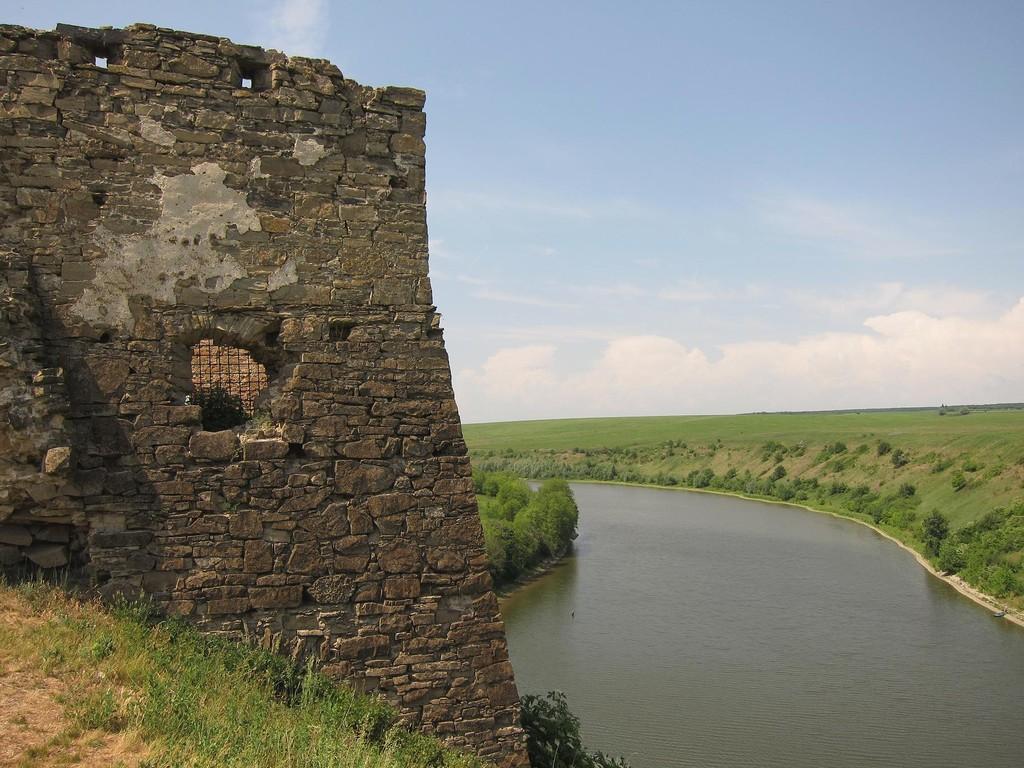 Річка під замком