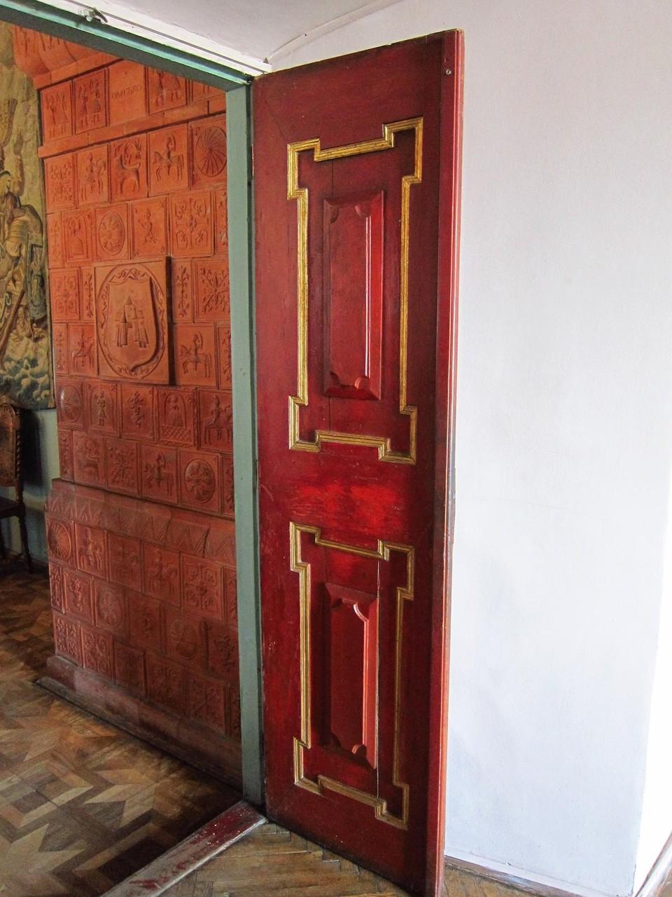 Автентичні двері в замку.