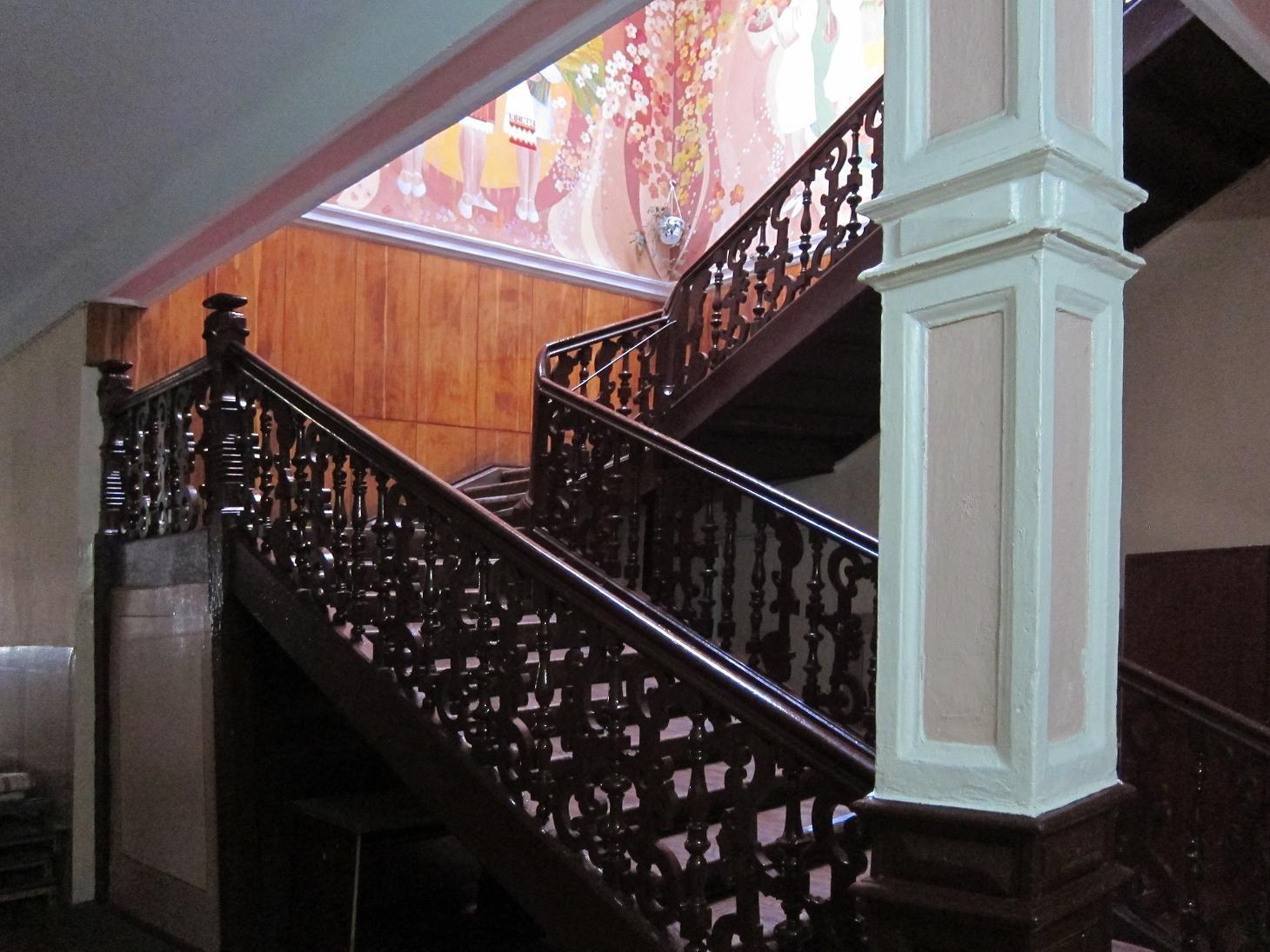 Автентичні сходи в середині