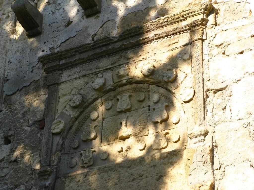 Герб на воротами замку