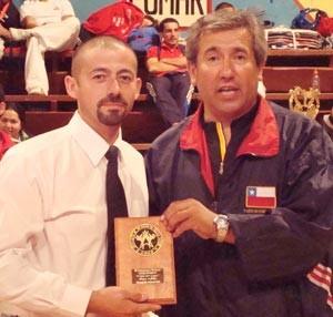 Sabonnim Flores junto a Maestro Pinochet - recibiendo premio mejor árbitro Copa del Lago 2008