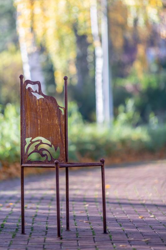 Rostige Stühle als Gartendeko